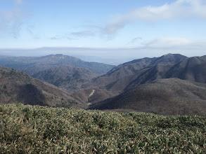国見岳(右)と釈迦ヶ岳(中央左奥)