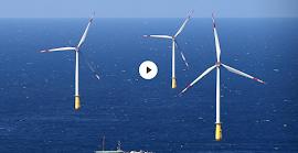 Windkraftwerke im Meer.