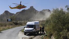 Servicios sanitarios junto al lugar del accidente en la pirotecnia de Guadix.
