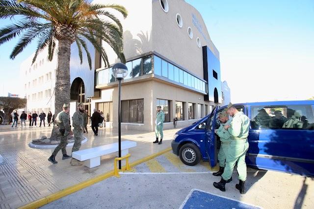 Legionarios aguardan la salida del cuerpo a las puertas del tanatorio La Siempreviva en Alicante.