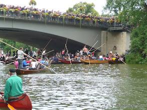 Photo: Tausende Zuschauer drängeln sich auf der Brücke um nichts zu verpassen.