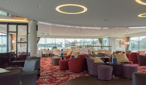 Avalon-Tranquility-ii-panorama-lounge-bistro - Meet friends for a drink in Avalon Tranquility II's Panorama Lounge.