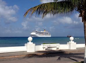 Photo: Costa Mediterranea täälläkin lahdella, josta venekuljetukset rantaan