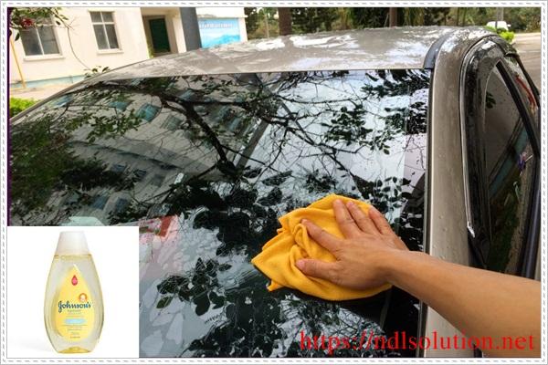 Làm sạch kính ô tô bằng sữa tắm Johnson'baby