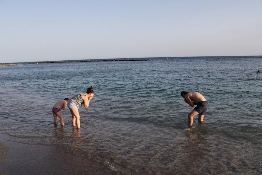 Lavarse los ojos, como marca la tradición en Almería, unas horas antes de las doce de la noche.