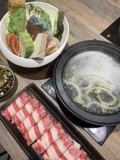 對味的湯頭.肉質優.蔬菜新鮮 梅花豬🐷270 板腱牛🐂280 份量也不少,飲料可無限暢飲 還有還有...用餐環境也很舒服