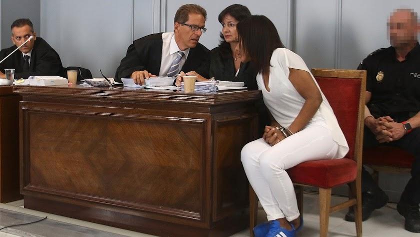 Ana Julia Quezada habla con su abogado durante el juicio.