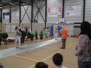 Photo: Finale dames sabel word aangekondigd door de voorzitter (?) van de organiserende schermvereniging Scaramouche