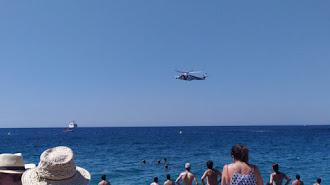 El simulacro de rescate visto desde la playa de San Miguel.