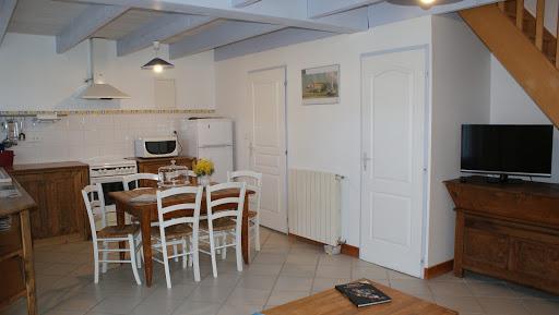 Gite Le Nid à Surgères en Aunis Marais poitevin près de La Rochelle Pièce à vivre au rez-de-chaussée avec télé écran plat