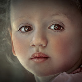 Looks small deep by Matteo Prencipe - Babies & Children Child Portraits ( woman, children, baby, portrait, eyes )