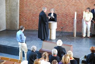 Photo: Die Taufschale trägt Pastor Mathias Reh
