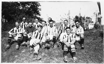 Photo: Det lokale fodboldhold - er der nogle, der kan sætte navne på?  Billedet er indsendt af Lissi Nielsen, Farsø