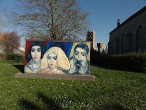 Photo: Aan de kerk van Calonnes