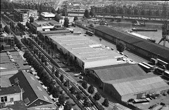 Photo: [1980 ©-verzameling Katendrechtse Bewonersorganisatie KBO] - www.katendrecht.info - Brede Hilledijk (links) en Maashaven N.z. (rechts) - in het midden van onder naar boven: de twee loodsen waar de koeienhuiden werden opgeslagen, het nieuwe complex van glashandel Breijer, een staalconstructiebedrijf, het kantoor van Rommenholler, het Wigblok (ofwel 't Schip) en rechts daarvan het Politiebureau Maashaven - aan de Maashaven N.z. van onder naar boven het overslagbedrijf Seaport-Terminals, het Douanekantoor en de 'schillenhoek' - aan de Maashaven O.z. zijn achter de metrobuis de oude pandjes nog te zien.