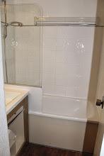 Photo: Salle de bains, étendage linge télescopique, sèche-serviettes, sèche-cheveux