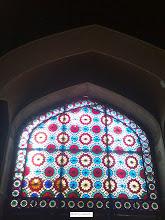 Photo: پنجره هاي عمارت با شيشه هاي الوان