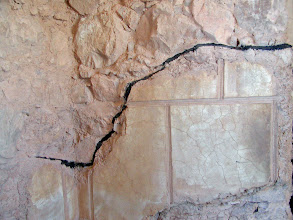 Photo: Excavated buildings on the plateau show the original details below the black lines.