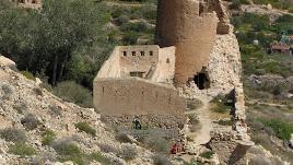 Parte  de la torre y de los muros están derruidos y hay riesgo de derrumbe.
