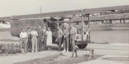 Photo: 1940-erne eller 50-erne. Transport af otter til Nakskov Skibsværf Roklub. Med kasket ses bådebygger Walter Krum Nielsen. Nr. 2 fra højre bådebygger Carl Poulsen.