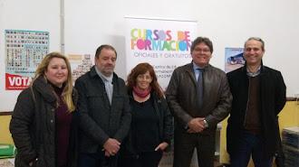 Dirigentes y miembros del PSOE con una docente del centro educativo.