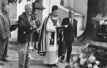 Photo: Pater Josef Kolečkář při neznámém pohřbu.