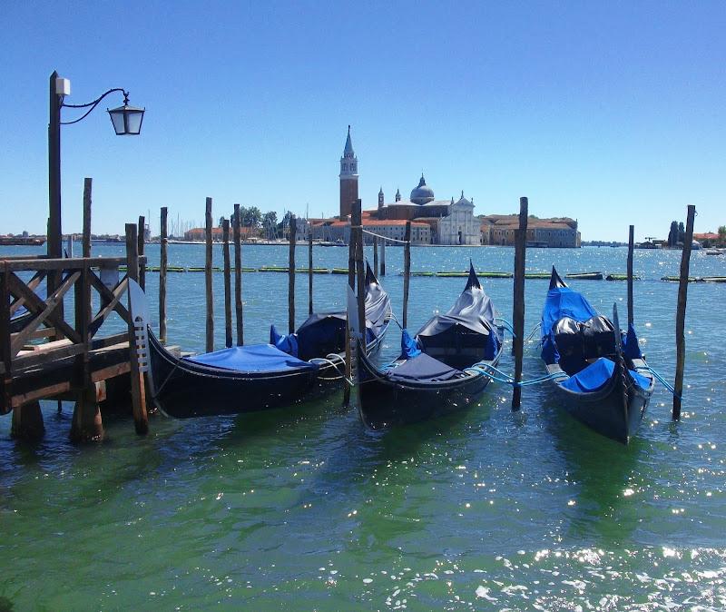 """""""Mi presti il blu?"""" """"Quale? blu oceano, ciano primario, celeste, color zaffiro, azzurro cielo, turchese o verde acqua?"""" di _Chiara_"""
