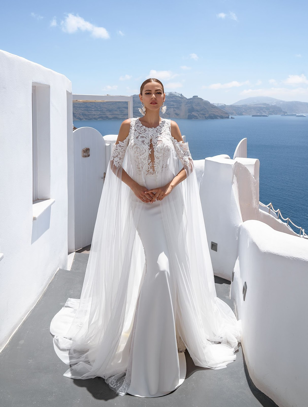 Весільна сукня з рукавами-накидками