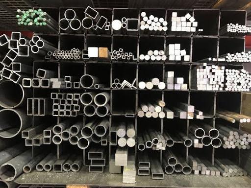 Vårt lager av fördigkapade småbitar av stål och metaller