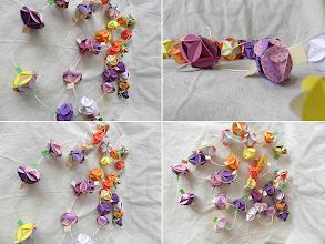 Photo: Beteală origami Lungime 293 cm Formată din 29 piese origami de culori diferite Dimensiuni piese 4,5 cm x 4,5 cm realizată de Maia Martin Se poate folosi la decorarea casei de sărbători sau la decorarea bradului de Crăciun Preţ: 30 lei  http://dekoratiuni.blogspot.ro/2014/04/beteala-origami.html