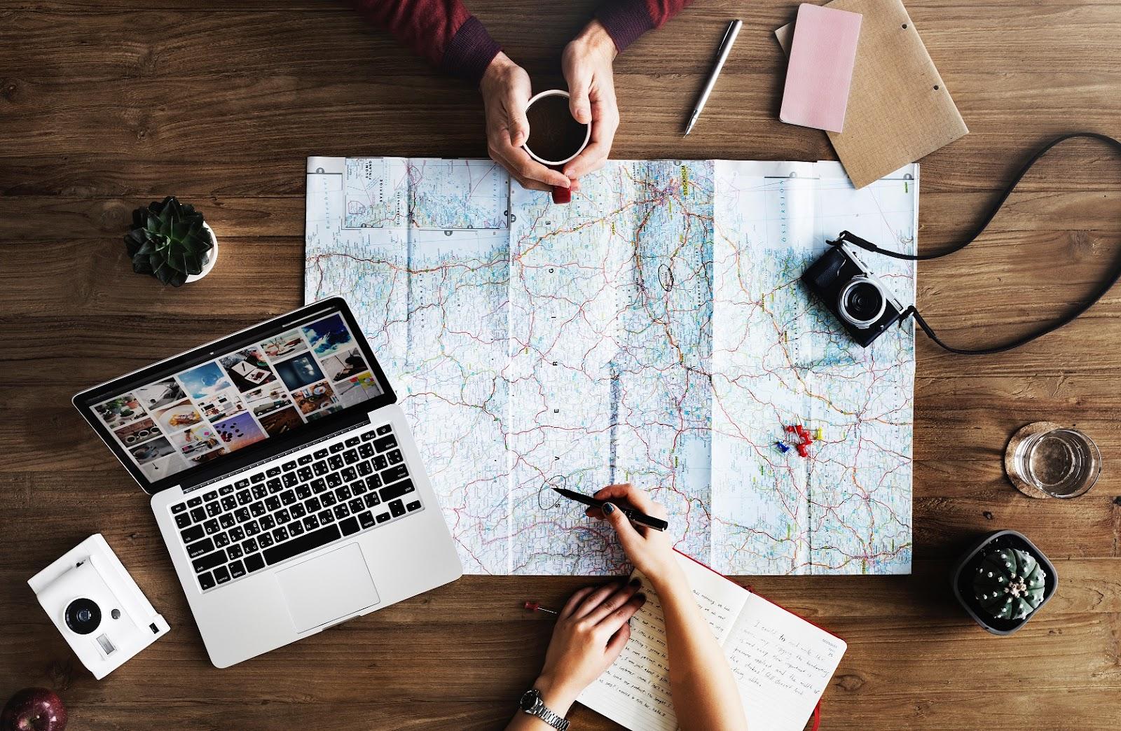 Casal programando as férias e fazendo roteiro de viagem