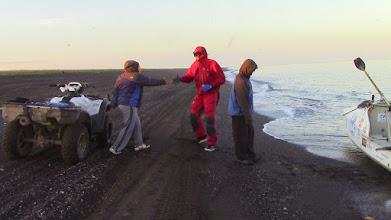 Photo: Arrivée de Charles Hedrich à Kivalina, accueilli par le peuple Inupiaq