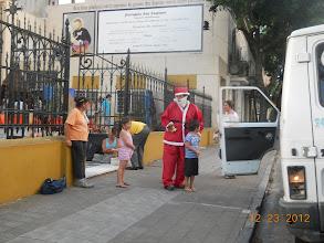 Photo: Continúa el reparto en la puerta de las iglesias