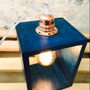 lampe béton couleur bleu canard avec douille à la finition cuivre et à son ampoule vintage à filament style edison