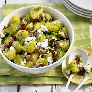 Salat von Moorkartoffeln mit Staudensellerie, Schafskäse und Walnüssen