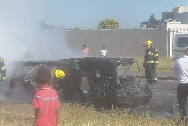 Les restes du corbillard qui a pris feu à Paarl, au Cap-Occidental, le 5 décembre 2020.