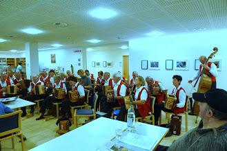 Photo: Beim musikalisch vorgetragenen  Liederpotpourri konnten alle Anwesenden mitsingen.