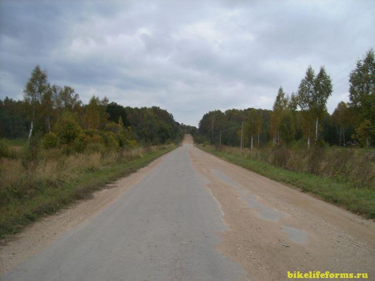 Разбитая дорога вдоль Вазузского водохранилища