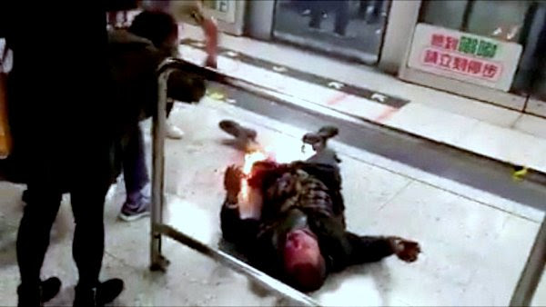 हङकङमा रेल (MTR)भित्र एकले आत्महत्याको प्रयास गर्दा झण्डै एक दर्जन यात्रुहरु घाइते (भिडियोसहित)