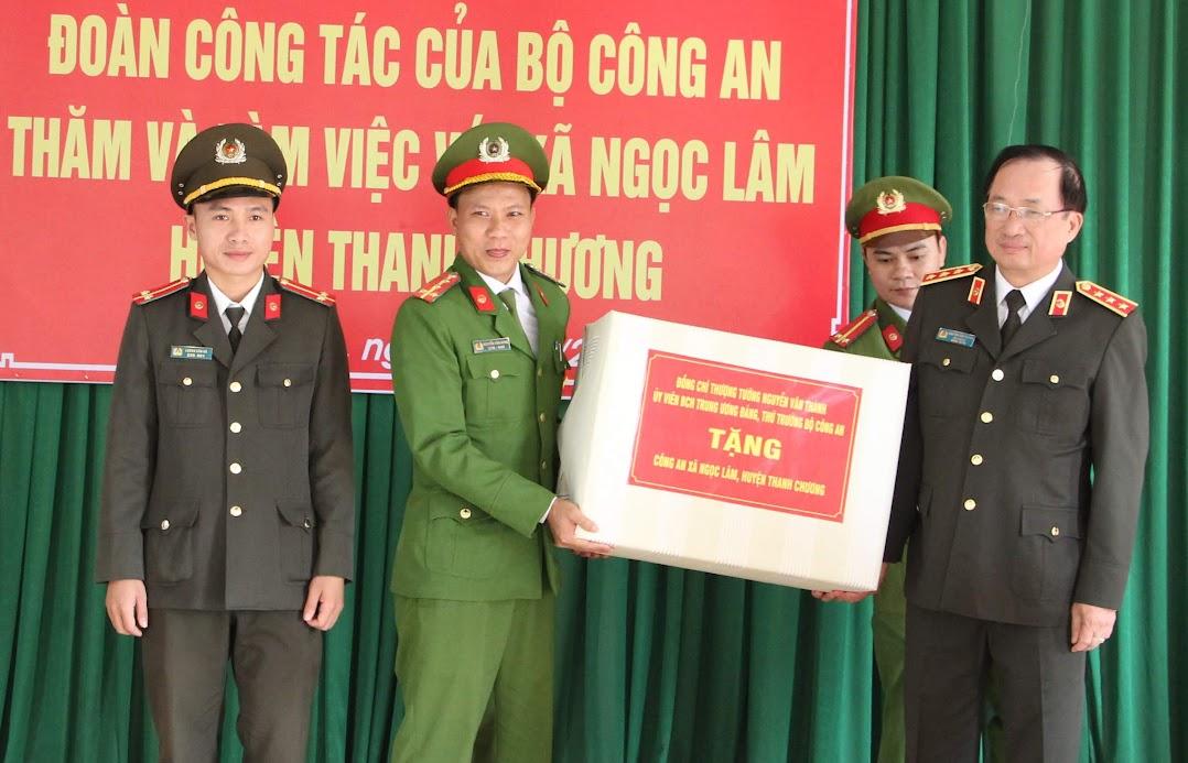 Thượng tướng Nguyễn Văn Thành – Thứ trưởng Bộ Công an tặng quà cho Công an xã Ngọc Lâm