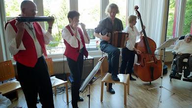 Photo: Muhabas in Aktion. Peter und Lotti Schaffner,  Simon Dettwiler am Örgeli und Claudia Maier am Bass. Eine gute und beliebte  Abwechslung.
