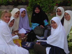 Photo: Inaara mit Studentinen in Alexandria