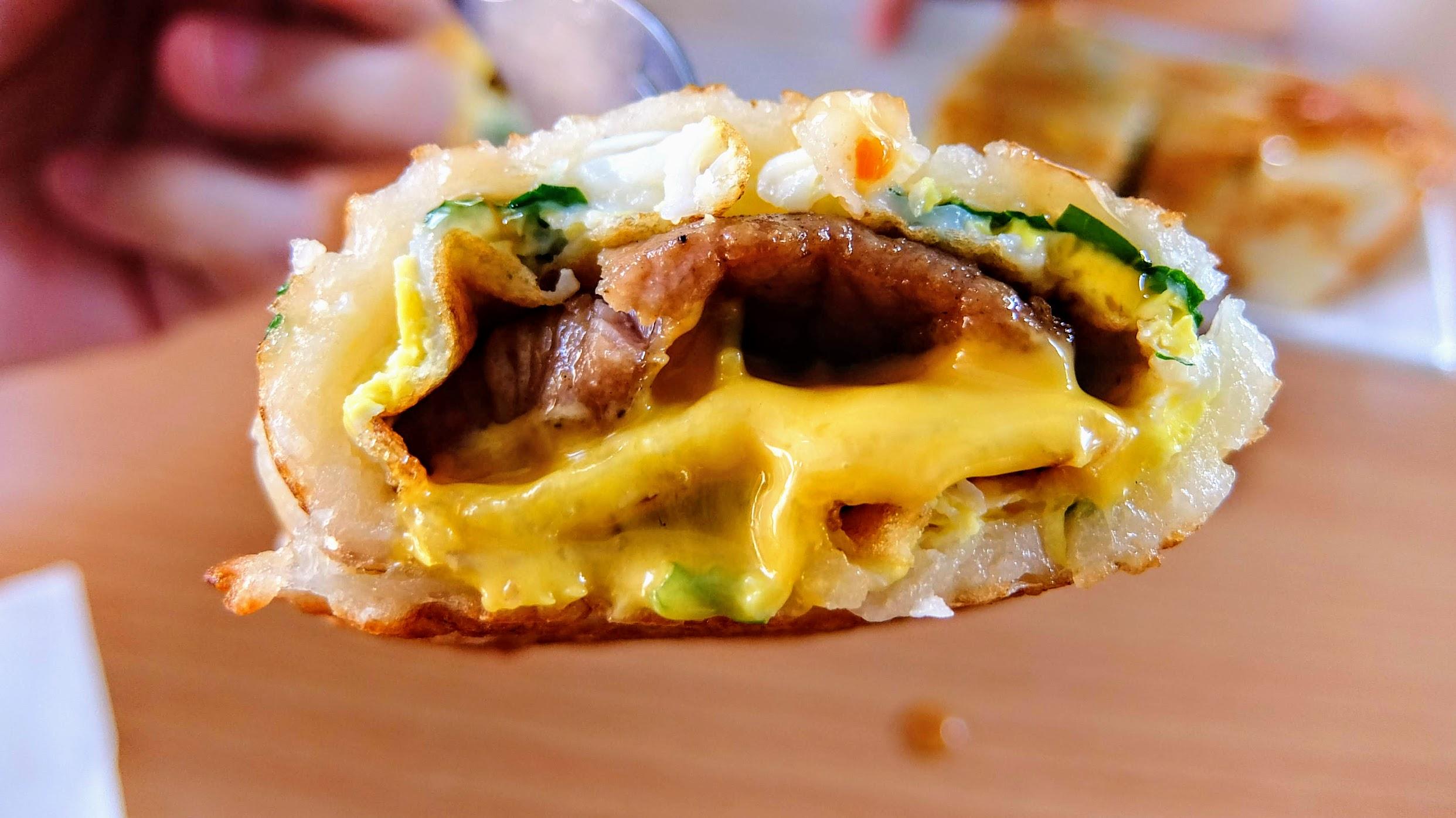 麵糊蛋餅外皮酥脆裡頭軟嫩,中間夾帶著蛋/起司和燒肉啊! 超好吃,且不用醬油就有味道了喔