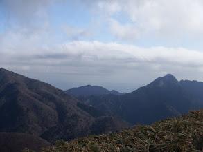 鎌ヶ岳と左に雲母峰