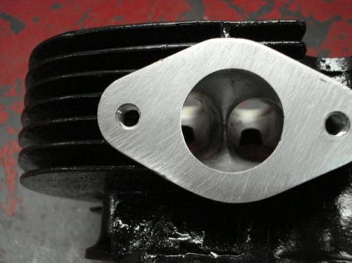 Tubulure d'admission d'un moteur Rickmann monté par machines et Moteurs dans un cadre Norton