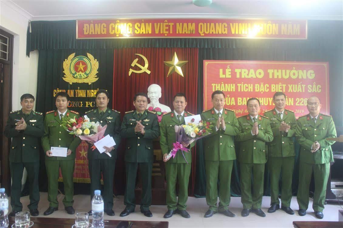 Các đồng chí Đại tá Nguyễn Mạnh Hùng, Phó Giám đốc, Thủ trưởng Cơ quan CSĐT Công an tỉnh; Đại tá Dương Hồng Hải, Phó Chỉ huy trưởng BĐBP tỉnh chúc mừng, biểu dương và trao thưởng cho Ban chuyên án 226H và 252N
