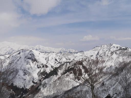 丸山(右)と南白山(中央左奥)、別山(左)