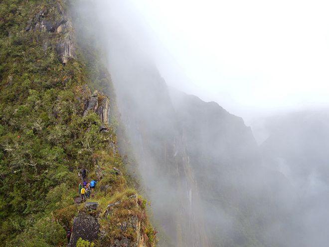 Khung cảnh thiên nhiên sương khói mờ nhân ảnh ở Huayna Picchu, Peru.