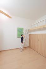 Photo: クローゼットの上をロフトに。天井を上げることによって生まれる空間。