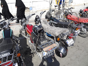 Photo: Nejen auta, ale i motorky jsou v Íránu staršího roku výroby. Pravděpodobně to je kvůli embargu, které bylo uvaleno na Írán po islámské revoluci v roce 1979.